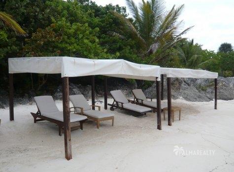 Шезлонги на пляже перед Бунгало в Калетон (Доминиканская Республика) на элитном курорте Кап Кана