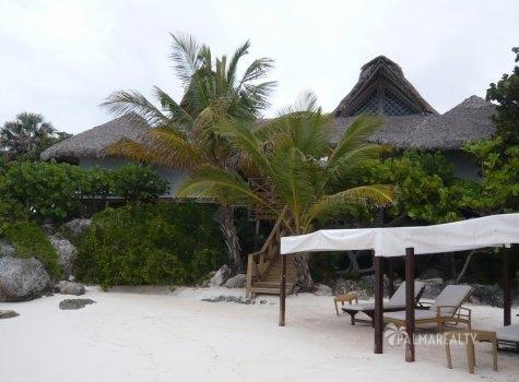 Уютный частный пляж перед Бунгало в Калетон (Доминиканская Республика) на элитном курорте Кап Кана