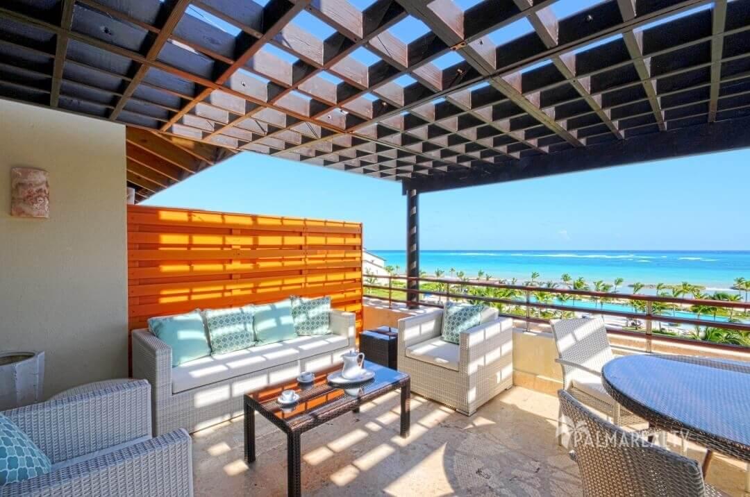 Терраса с видом на море в апартаментах с двумя спальнями и террасой на первой линии у моря в Сотогранде (Кап Кана, Доминиканская Республика)