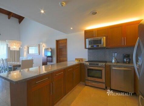 Кухня в апартаментах с двумя спальнями и террасой на первой линии у моря в Сотогранде (Кап Кана, Доминиканская Республика)