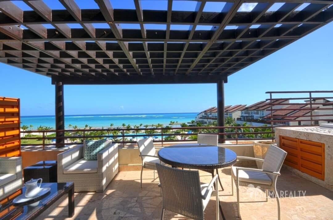 Терраса с видом на море и джакузи в апартаментах с двумя спальнями и террасой на первой линии у моря в Сотогранде (Кап Кана, Доминиканская Республика)