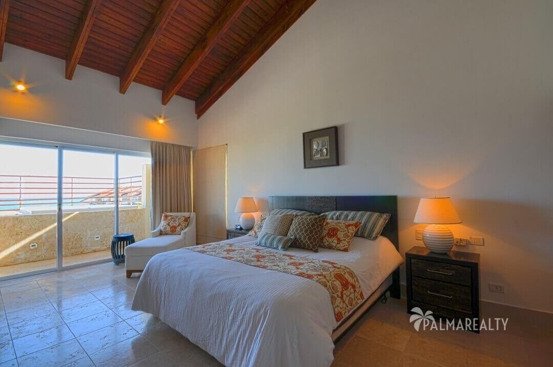 Главная спальня в апартаментах с двумя спальнями и террасой на первой линии у моря в Сотогранде (Кап Кана, Доминиканская Республика)