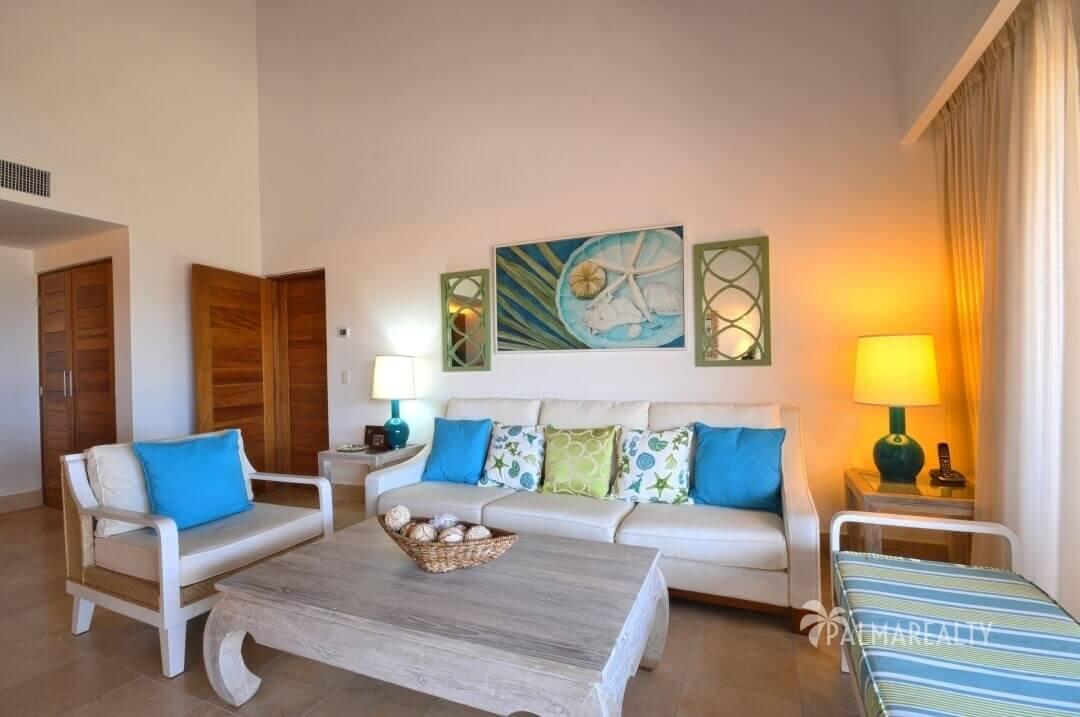 Просторная гостиная в апартаментах с двумя спальнями и террасой на первой линии у моря в Сотогранде (Кап Кана, Доминиканская Республика)