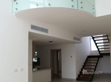 Холл 1-го уровня в 2х-этажных апартаментах Lake Village