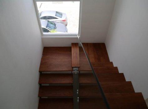 Лестница в 2-этажных апартаментах Lake Village