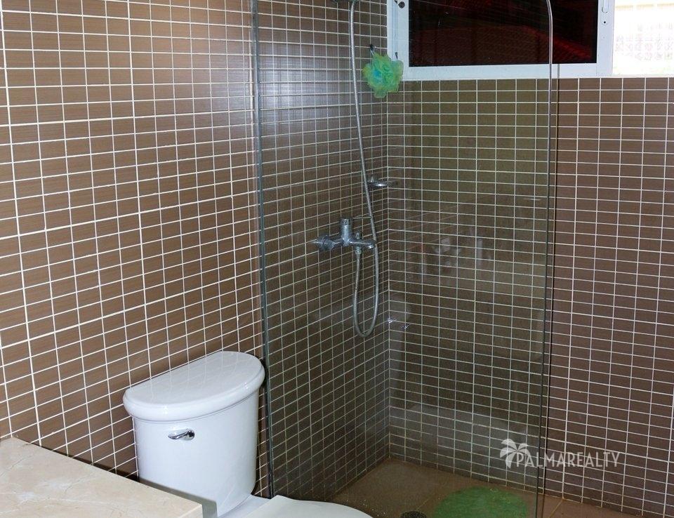 Ванная комната в зеленой спальне