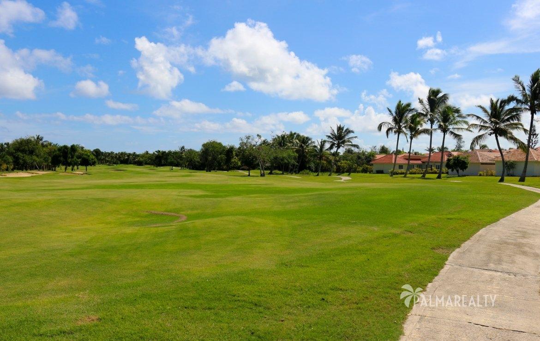 Поле для гольфа около дома