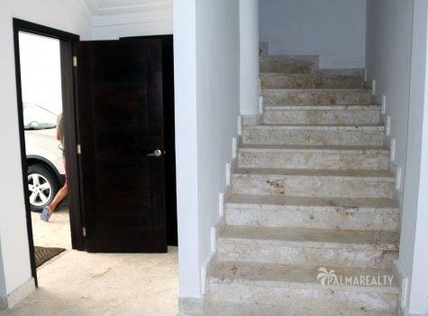 Дверь из гаража и лестница наверх
