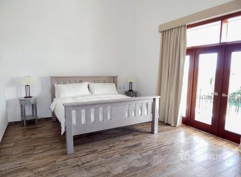 Вторая спальня на 2 этаже с балконом с окнами на бассейн